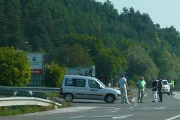 Rekonštrukcia: Priebeh dopravnej nehody si vo štvrtok na mieste spolu s policajtmi zopakoval 52-ročný šofér z Udavského a 28-ročná cyklistka z Kochanoviec.