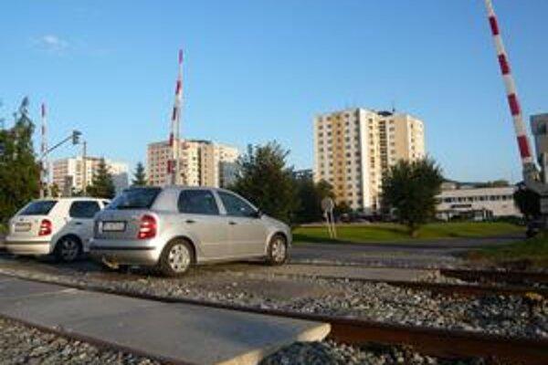 Štrk na tomto železničnom priecestí bol doteraz od začiatku septembra preto, aby sa utlačil. Tento týždeň ho prekryjú asfaltom.