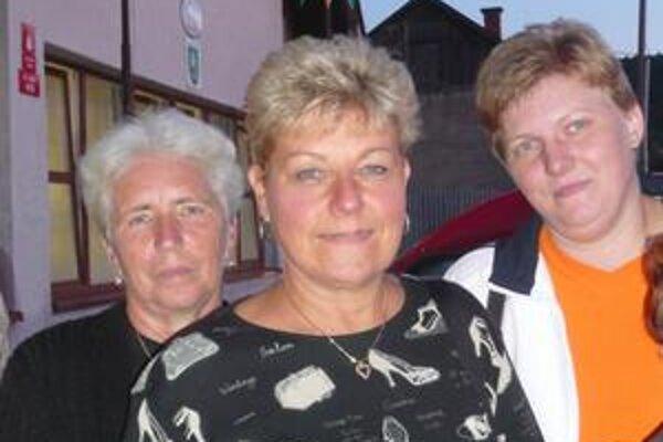 Nancy Heyer (v strede) našla v Kamenici svoju príbuznú Máriu Tomasovú (vľavo) a Veroniku Balogovú (vpravo).