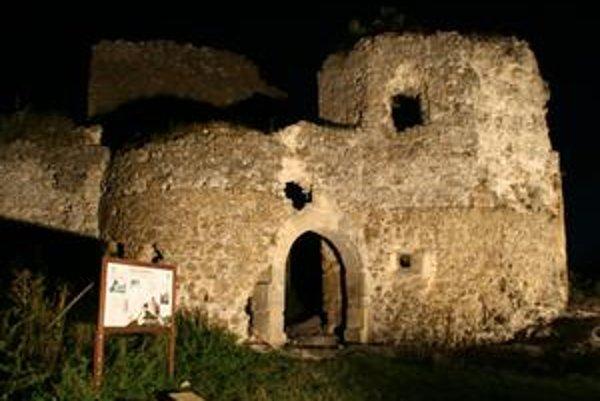 Jasenovský hrad. Stáročia stáli jeho ruiny zarastené náletovými drevinami. Svetlá reflektorov ukázali jeho nočnú tvár.