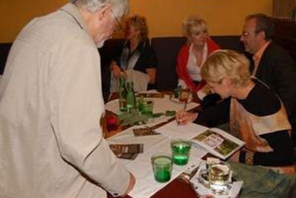 Kniha. Daniela Kapráľová svoju knihu Zuzanka podpisovala počas jej prezentácie v Bratislave.
