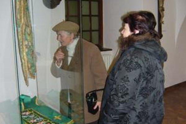 Rímskokatolícky farský úrad v Humennom poskytol oltárne pokrývky, časti liturgického odevu aj stolový kríž. Obdivovala ich aj Glória Paceková.