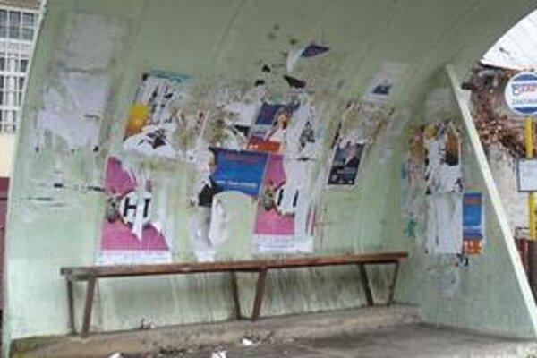 Tohtoročné voľby takto poznačili autobusový prístrešok v Kamenici nad Cirochou.