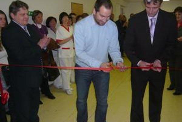 Slávnostný moment. Vľavo primár Vladimír Koščo a konatelia Nemocnice A. Leňa Martin Kundrát a Michal Adami.