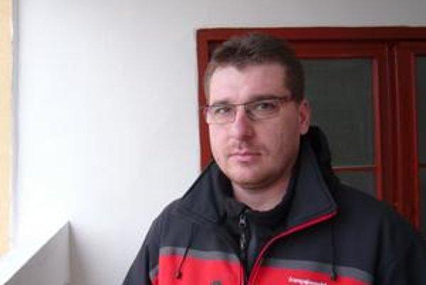 Zvládol to. Nadporučík Michal Helemik vo vypätej situácii na streche vežiaka urobil maximum.