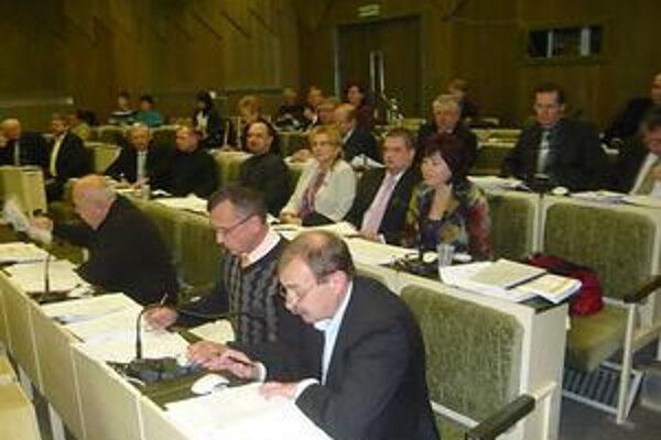 Humenskí poslanci. Vo finále rokovaní roku 2009 najdôležitejšie materiály stopli kvôli množstvu pripomienok opozičného klubu Smer, HZDS a Úsvit.