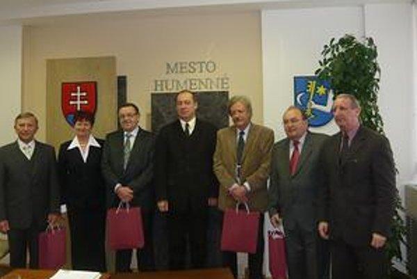 Dlhoročných humenských lekárov prijal na mestskom úrade primátor Vladimír Kostilník, viceprimátorka Mária Cehelská a prednosta úradu Anton Klamár.