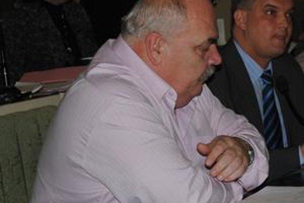Načo čítať? Kompletné zmeny návrhu rozpočtu koaliční poslanci nepoznali. Andrej Semanco (na snímke) sa ani neobťažoval prečítať ich pred hlasovaním verejnosti v rokovacej sále.