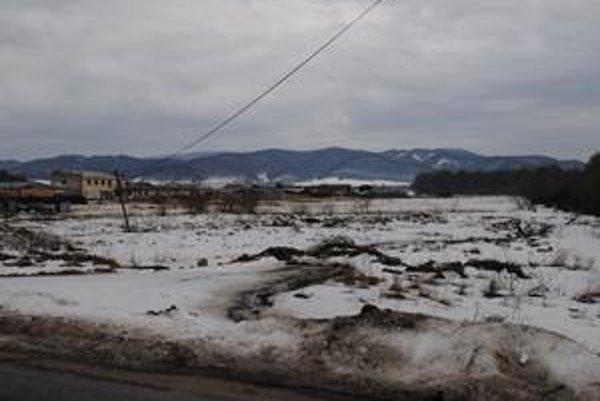Tento pozemok v extraviláne Kochanoviec patril obci. Poslanci ho bez verejnej súťaže predali zástupcovi starostu.