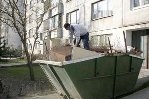 Kontajnery. Nedávajte do nich konáre, lístie, vyhrabanú trávu, nebezpečný odpad a stavebný odpad.