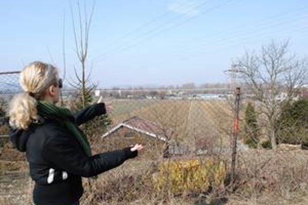 Privádzače a okružná. Podľa pracovného návrhu projektantov by mali byť v miestach, na ktoré ukazuje Katarína Ambrozová. Priamo je futbalové ihrisko Jasenova, vpravo rodinné domy na Jasenovskej, vľavo pozemky, kde Jasenov plánoval výstavbu rodinných domov.