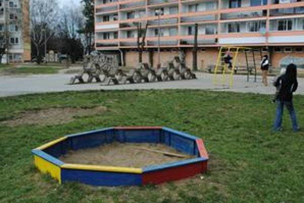 Skončili. Pieskoviská na našich ihriskách už neuvidíte. Európska únia žiadala, aby v nich bol každý týždeň nový a čistý piesok.