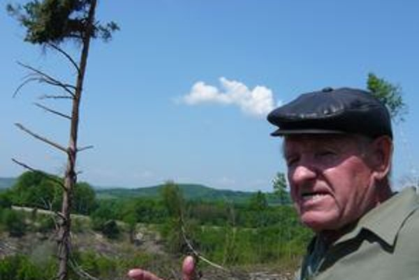 Jeden znajstarších Hrušovčanov. Ján Škovronský si presne pamätá, ako v Jablonove rástli stromy na pasienkoch. Masívny výrub aničenie pôdy ťažkými mechanizmami ho nahnevalo.