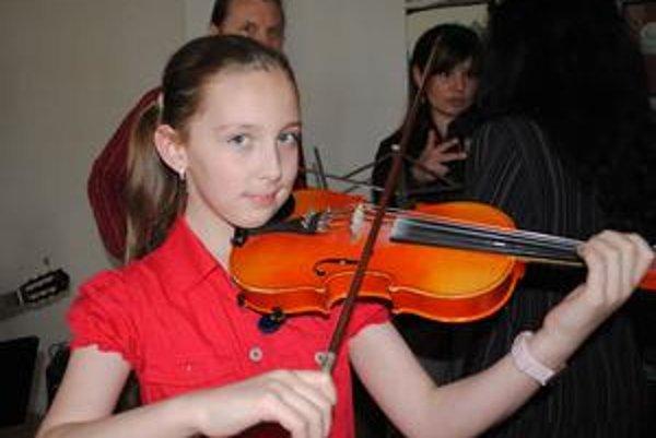 Andrea Astrabová. No okrem toho, že je talentovaná, jej to s tými husľami aj sekne, čo myslíte?