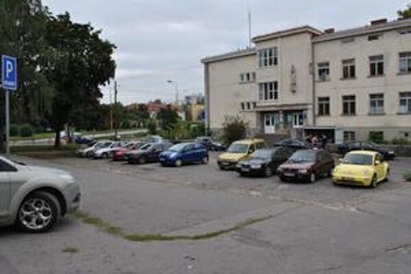 Miesto, kde má stáť nová budova. Na mieste terajšieho parkoviska chce postaviť bratislavská firma polyfunkčnú budovu, čím rapídne klesne počet parkovacích miest v tejto lokalite.