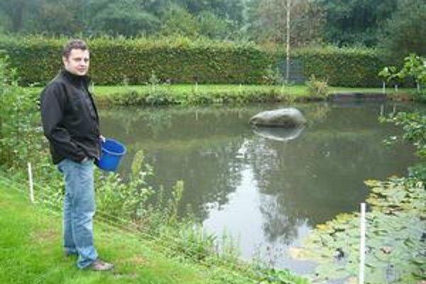 Rybník majú Bučekovci hneď vedľa domu. Urobili si ho sami, využili blízky horský potok.