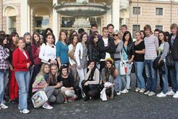 Študenti obchodnej akadémie. Spoznávali zaujímavosti Bratislavy a Viedne.