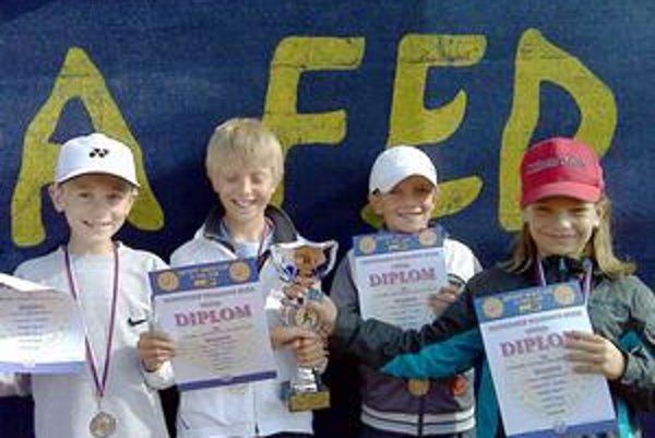 Finalisti Davis Cupu. Chlapci 1. TC Humenné postúpili do celoslovenského Detského Davis Cupu 2010. Zľava Marek Polanský, Ivo Gondor, Lukáš Palovič a Alexej Loziak.