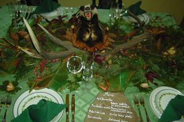 Predviedli sa. Študenti hotelovej akadémie ukázali, ako dokážu premeniť obyčajný stôl na nádhernú slávnostnú tabuľu.