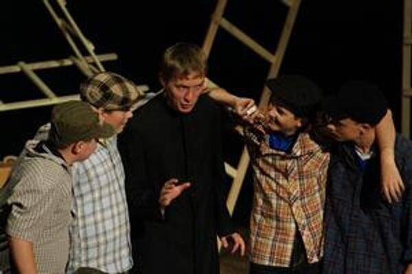 Scéna z divadelného predstavenia Svätý komediant. Chlapci so saleziánmi ho odohrali v 12 mestách i dedinách. Napodobniť by to chceli aj s novou hrou.
