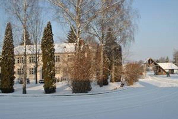 Administratívna budova v Kamenici. Ministerstvo ju predávať nebude. Naopak, chce tu dostať nových nájomcov.