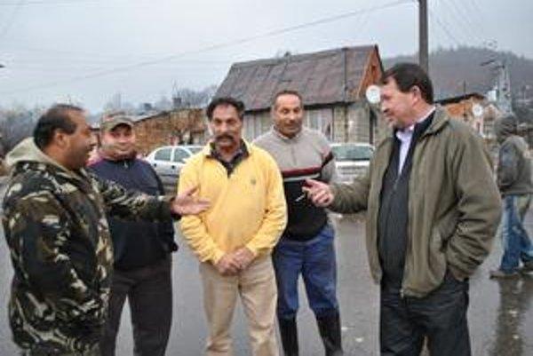Poslanci z osady. Potvrdili, že väčšina ľudí z osady volila za terajšieho starostu Františka Kopeja (na snímke vpravo). Na snímke druhý zľava je vajda.