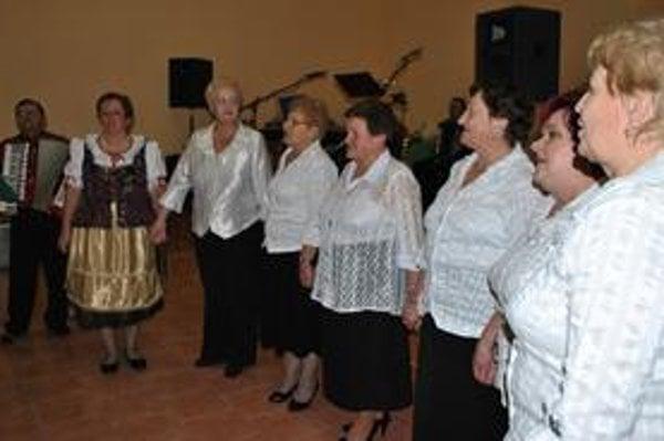 Heligónka. Ženská spevácka skupina Heligónka vystúpila na výročnej členskej schôdzi. Aj v novom roku je o vystúpenie aktívnych dám veľký záujem na rôznych podujatiach v obci.