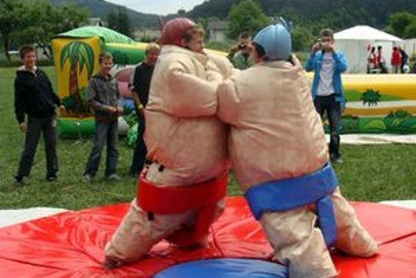 Sumo bojovníci. Boli oblečení v neforemných oblekoch. Postaviť sa po páde na zem, je vraj veľmi obtiažne.