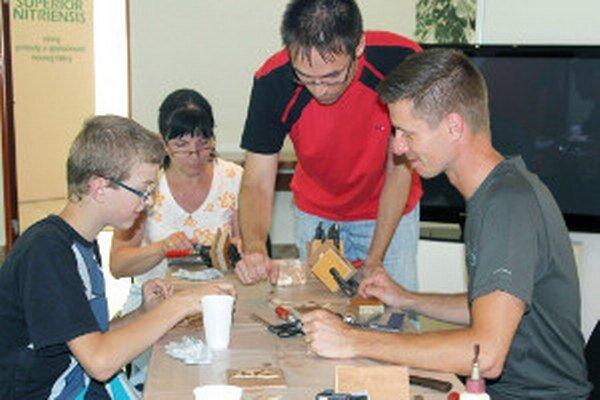Pri vytváraní intarzie pomáhal konzervátor Peter Lovas (vpravo).