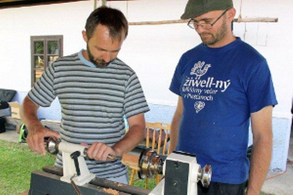 Juraj Dufek (vpravo) učil gajdošov, ako si vyrobiť hudobný nástroj.