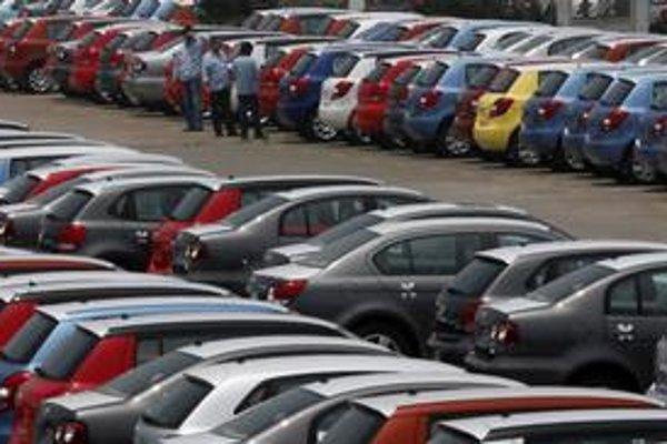 Nové autá na Slovensku minulý rok extrémne zlacneli.