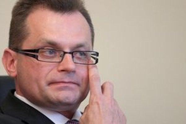 Miloš Ronec (39) vyštudoval ekonomiku, neskôr aj právo. V 90. rokoch pracoval  v Grafosite. Od apríla 2002 do konca roka 2010 bol vo firme Datalan. Po nástupe Radičovej vlády sa stal členom dozornej rady Slovenskej pošty a riaditeľom lotériovej spoločnost