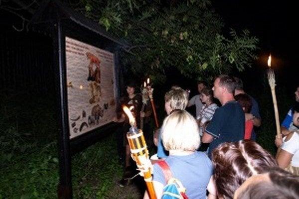Nočné prehliadky s horiacimi fakľami za nedaždivého počasia sú v Múzeu praveku v Bojniciach počas letných prázdnin v utorok, štvrtok a sobotu o 21. h.