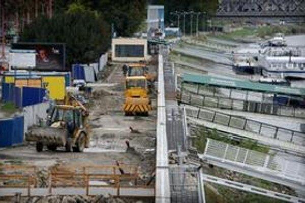 Budovanie protipovodňovej ochrany na Rázusovom nábreží v Bratislave v októbri 2009.