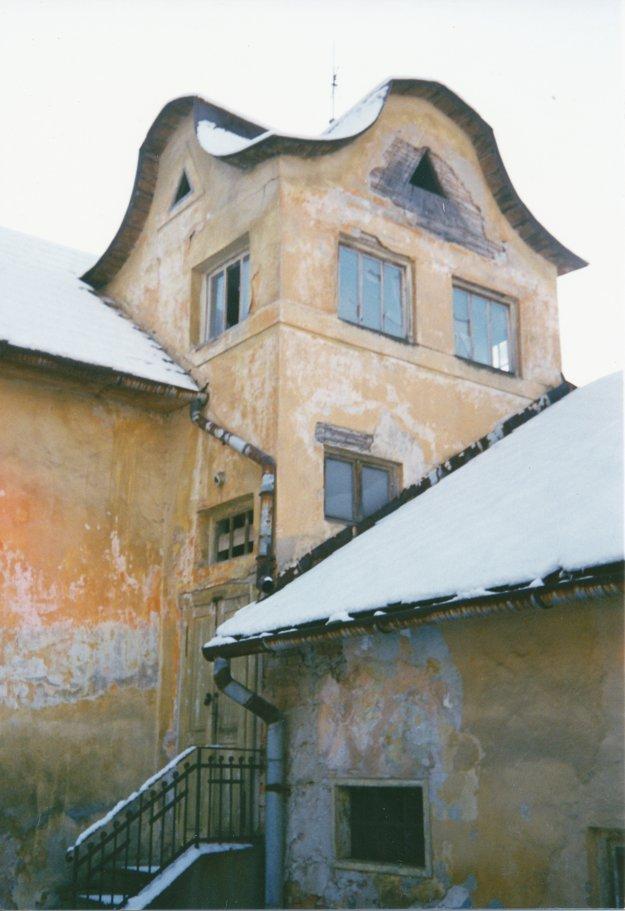 Fotografia z roku 2005. Táto časť budovy dnes už nestojí.