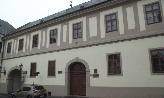 Historickú budovu na Samovej ulici v súčasnosti využíva knižnica.