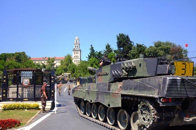 Polícia zváža tanky, ktoré vojaci použili pri pokuse o prevrat, na vojenskú základňu.