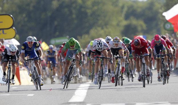 Po včerajšom záverečnom špurte finišoval Sagan (v zelenom drese) tretí.