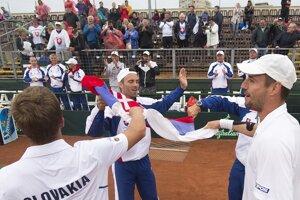 Slovenskí tenisti slávia víťazstvo nad Maďarskom.