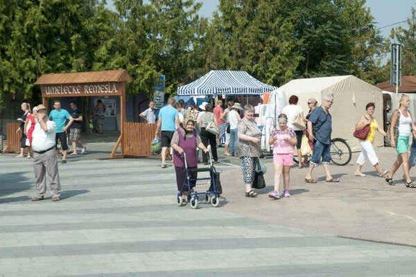 Návštevníci jarmoku. Vyberať si mohli z predajných i remeselných stánkov.