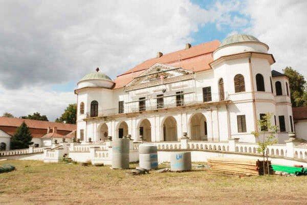 Zemplínske múzeum. Sídli v budove barokovo-klasicistického kaštieľa rodiny Sztárayovcov.