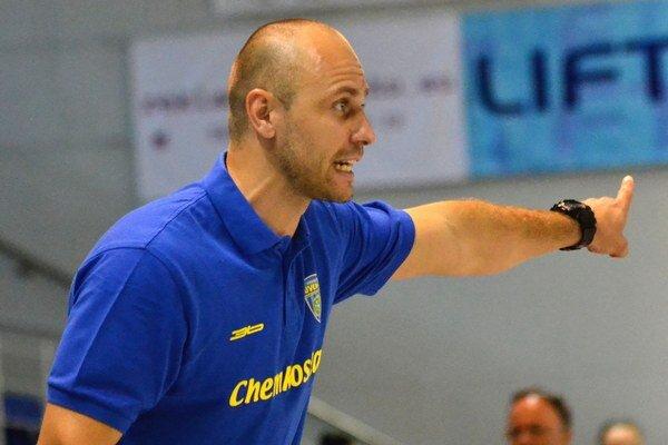 Tréner František Urban. Jeho zverenky sú doma jasný favorit.