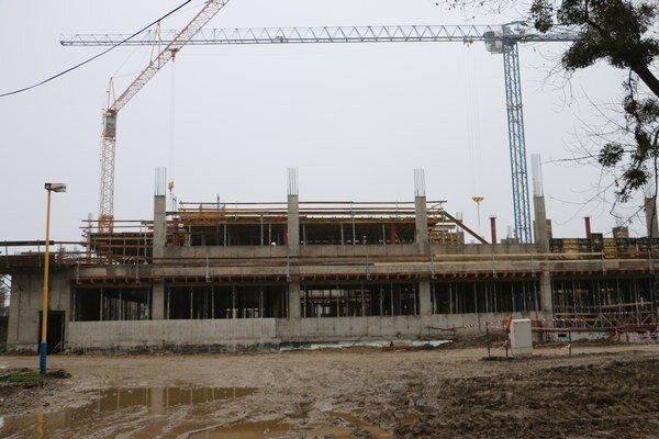 Výstavba novej nemocnice. Stavebné práce pokračujú už na druhom podlaží.