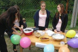 Mladé gazdinky v súťaži vo varení čerešňových gulí zvíťazili.