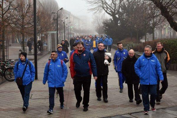 Účastníci turnaja prichádzajú na slávnostné otvorenie ME kňazov v halovom futbale v Mestskom kultúrnom stredisku v Michalovciach.