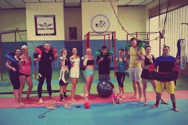 Zverenci trénera Ivana Sirka vnovej telocvični. V našich končinách nie veľmi rozšíreným športom sa venujú nielen muži, ale aj ženy.