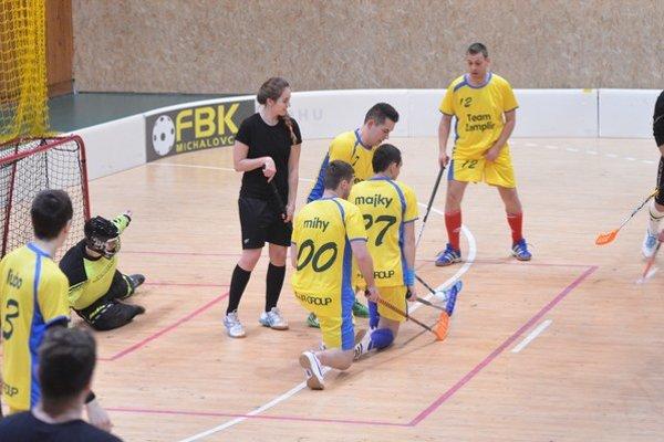 Mestská florbalová liga. V úvodných troch zápasoch padlo až 46 gólov.