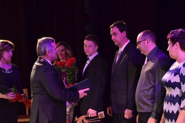 Ocenenie si prevzali jednotlivci ikolektívy. Radnica si úspešných Michalovčanov uctila diplomom asoškou Pegasa.