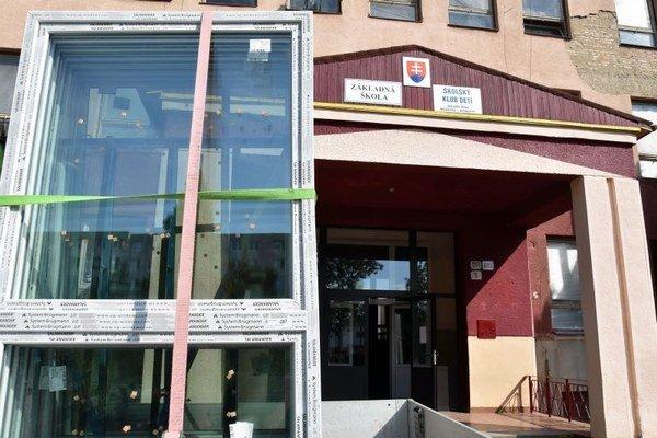 Rozsiahle rekonštrukcie na mestských školách. Výmeny okien astrechy sa dočkala aj ZŠ na Moskovskej ulici.