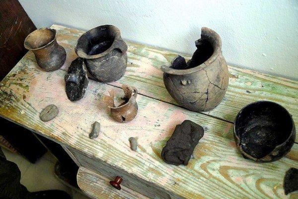 Archeologické nálezy. Nachádzajú sa vzbierke Zemplínskeho múzea.